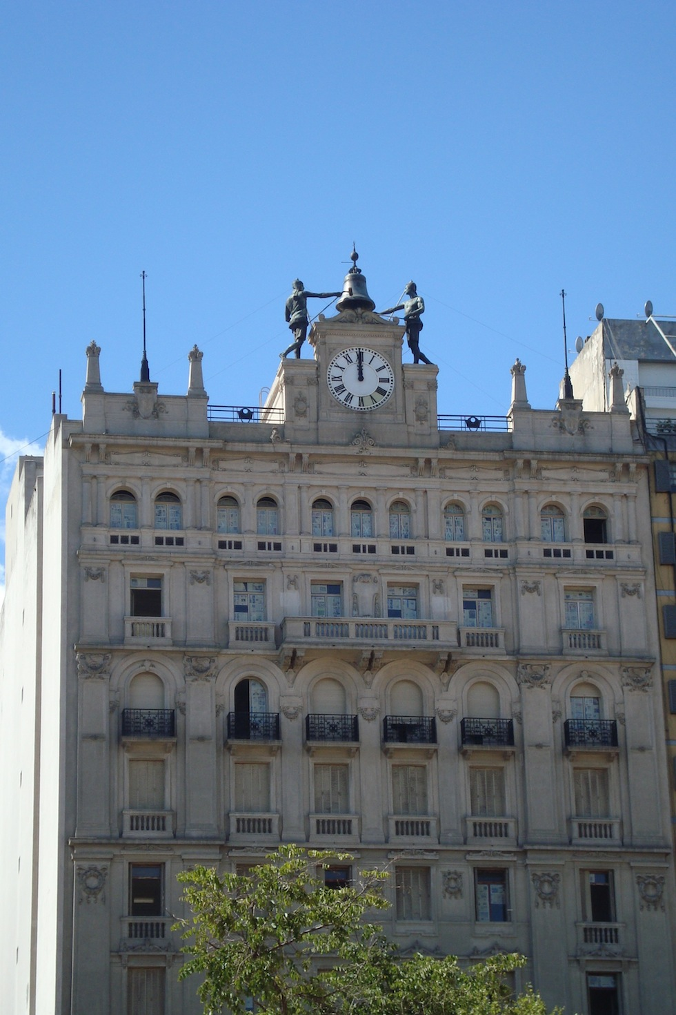 Building flanking the Congreso
